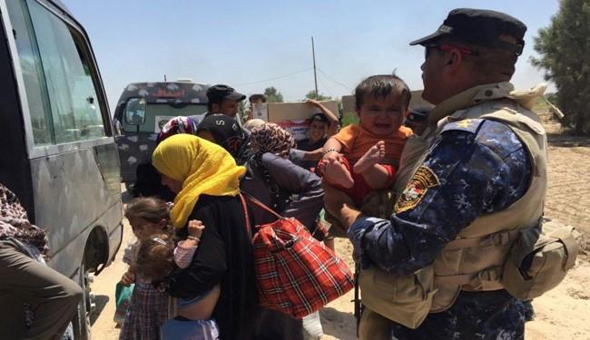 Photo of Iraqi Women, Children Flee from Daesh Terrorists Fighting in Fallujah