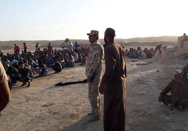 Photo of Photos- Iraqi Army Troops Shelter Displaced People near Qayara