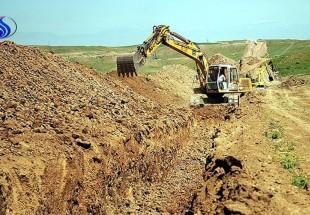 Photo of Iraqi Basij volunteer digs trench to derail DAESH